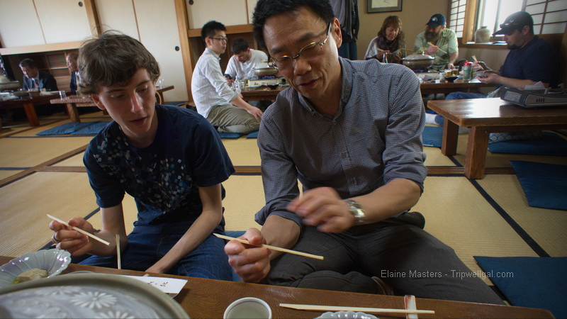 kindly showing how to use chopsticks